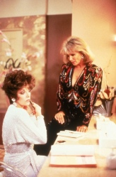 Joan Collins (Alexis Carrington) e Linda Evans (Krystle Carrington) em Dinastia (1981-1989) (1)