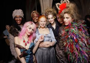 Vivienne Westwood nos bastidores do desfile Outuno Inverno 2011 @ Foto Rex Features