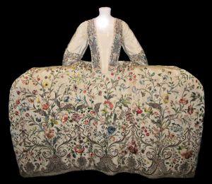 panier 1740-1745-mantua de seda creme victoria and albert museum - londres