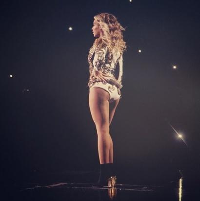 Beyonce usando meia arrastão nude @ Instagram