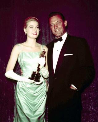 Oscar 1955 Grace Kelly (Amar é Sofrer) veste Edith Head @ Silver Screen Collection)
