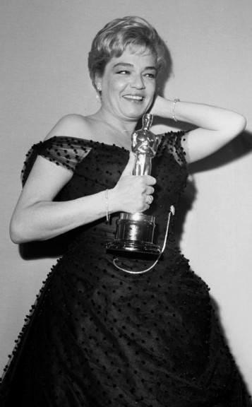 Oscar 1960 Simone Signoret (Almas em Leilão) veste Jean Dessès @ Earl Leaf, Michael Ochs Archives, Getty Images