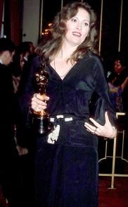 Oscar 1977 Faye Dunaway (Rede de Intrigas) veste Geofrey Beene @ Reprodução