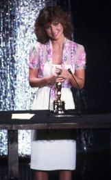 Oscar 1980 Sally Field (Norma Rae) veste Bob Mackie @ Reprodução