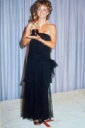 Oscar 1985 Sally Field (Um Lugar no Coração) veste Holly Harp @ Getty