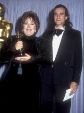 Oscar 1991 Kathy Bates (Louca Obsessão) veste Donna Karan @ Getty