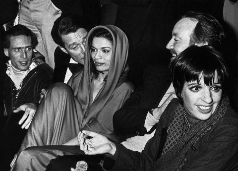 Studio 54 Ron Galella Halston, Bianca Jagger e Liza Minelli @ Reprodução