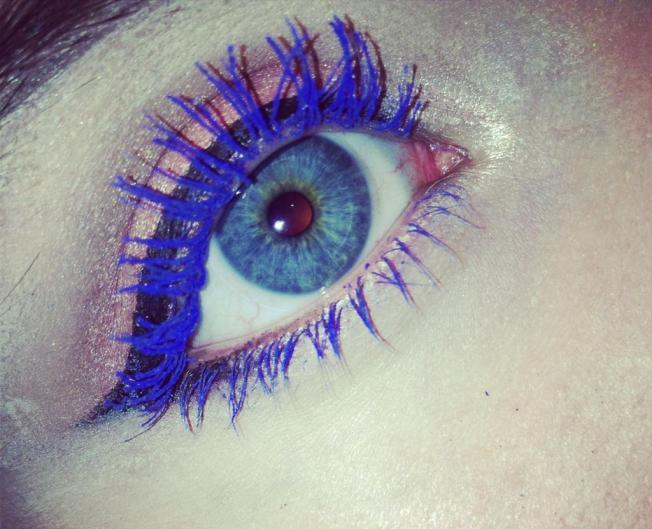 Bright blue mascara by Calvin Klein @ Divulgação