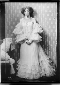 Emilie Flöge in a dress designed by Eduard Josef Wimmer-Wisgrill, 1909 @ reprodução