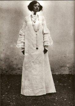 Emilie Flöge in high neck dress @ reprodução