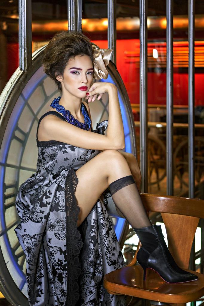 vestido Martha Medeiros, colar com cristais e bota Zeferino (KĒR) | meia acervo