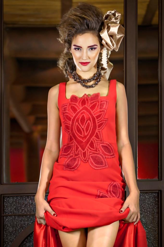 vestido Martha Medeiros, bolero de pele Verosenso, cinto usado como colar IODICE (KĒR)