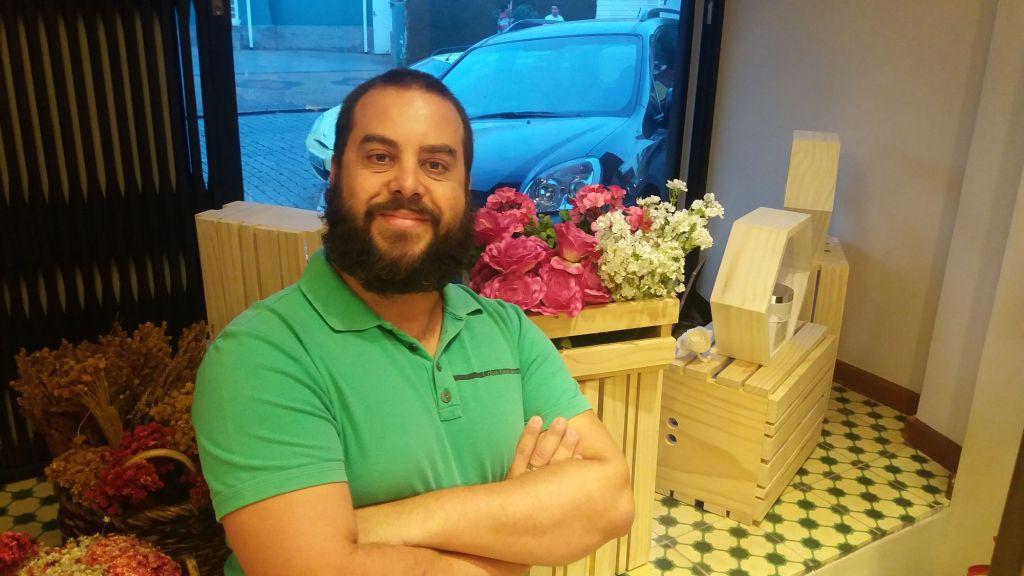 Flávio Casagrande na vitrine da Avatim Cambui - Abril 2016 @ MONDO MODA