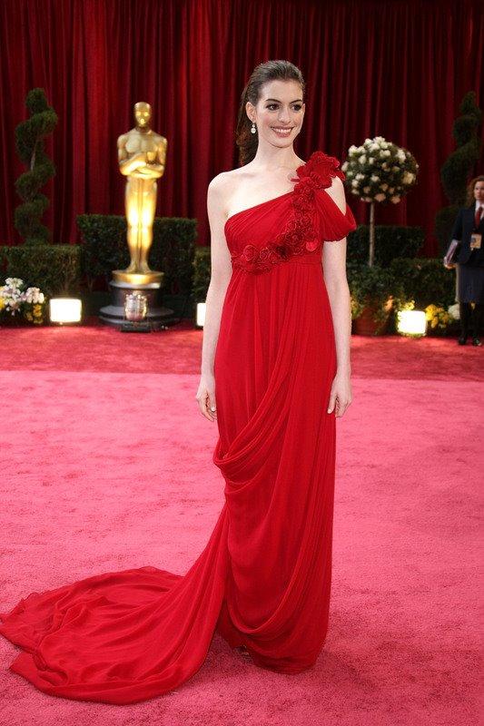 Anne Hathaway usa Valentino no Oscar 2008 @ Reuters
