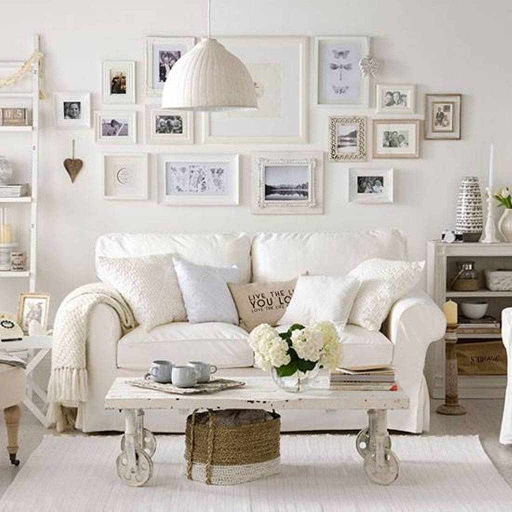 white-living-room-with-rustic-coffee-table-with-wheels-and-sofa-and-framed-wall-arts @ divulgação