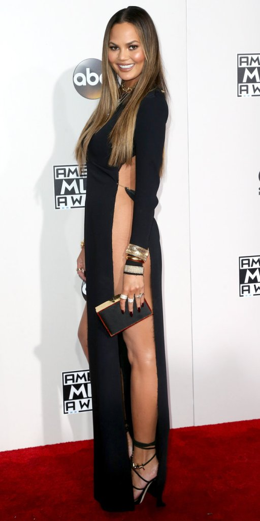 Chrissy Teigen veste Yousef Akba, sapatos Dsquared2 no American Music Award 2016