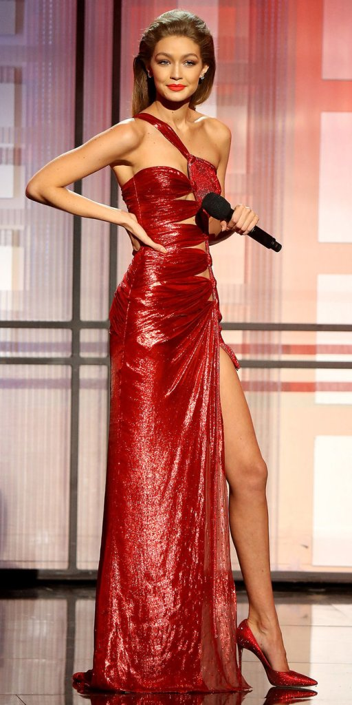 Gigi Hadid veste Atelier Versace no American Music Awards 2016 @ Getty