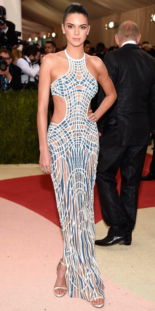 Kendall Jenner veste Atelier Versace no MET Gala 2016 @ Kevin Mazur - WireImage