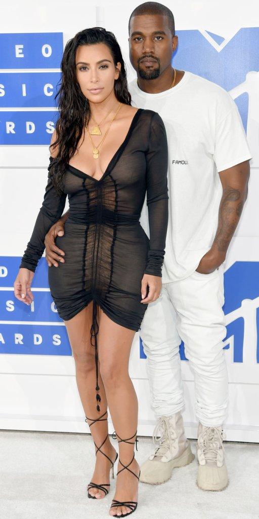 Kim Kardashian (veste John Galliano) e Kaney West no MTV Video Music Awards 2016 @ Getty