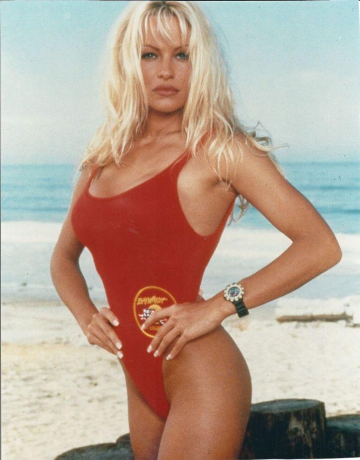 Pamela Anderson usa o maio salva-vidas em SOS Malibu/Baywatch @ Getty