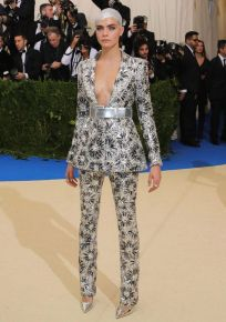 Cara Delevingne veste Chanel Couture no Met Gala 2017 @ Getty Images