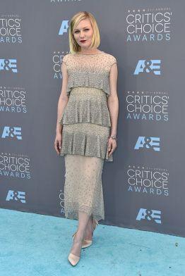 Kirsten Dunst veste Chanel Couture Fall 2015 no Critics Choice Awards 2016 @ Shutterstock