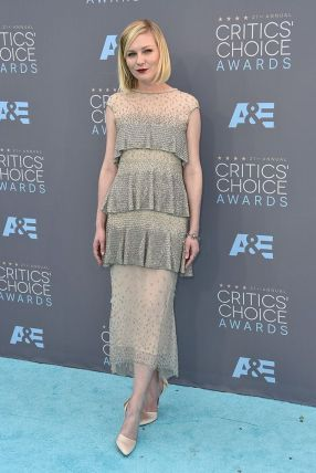 Kirsten Dunst veste Chanel Couture Fall 2015 no Critics Choice Awards 2016 @ Shutterstock