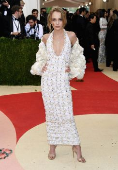 Lily-Rose Depp veste Chanel Couture no Met Gala 2016 @ Getty
