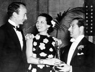 Oscar 1937 Walter Brennan e Gale Sondergaard (Anthony Adverse) ao lado de George Jessel @ AMPAS