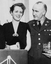 Oscar 1942 Mary Astor (A Grande Mentira) ao lado de Donald Crisp @ AMPAS
