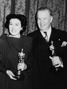Oscar 1944 Katina Paxinou (Por Quem os Sinos Dobram) ao lado de Charles Coburn @ Getty