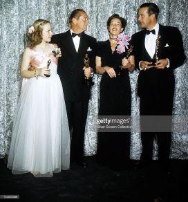 Oscar 1946 Anne Revere (A Mocidade é Assim), a da flor no pescoço) ao lado de Peggy Ann Garner e James Dunn @ Getty