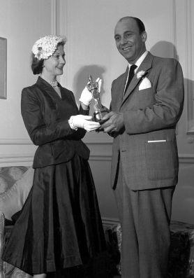 Oscar 1952 Vivien Leight (Um Bonde Chamado Desejo) recebe o prêmio em casa pelas mãos de Harry Cohn @ AMPAS