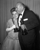 Oscar 1963 Patty Duke (O Milagre de Anne Sullivan) ao lado do também premiado Ed Begley @ AMPAS