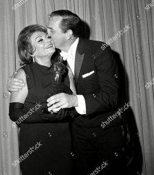 Oscar 1965 Lila Kedrova (Zorba, o Grego) é beijada por Karl Malden @ Mandatory Credit: Photo by AP/Shutterstock