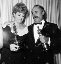 Oscar 1966 Shirley Winters (Quando Só o Coração Vê) ao lado de Martin Balson @ Nate Cutler - Globe Photos