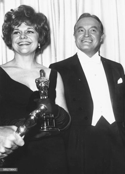Oscar 1968 Estelle Parsons (Bonnie And Clyde) ao lado de Bob Hope @ Getty