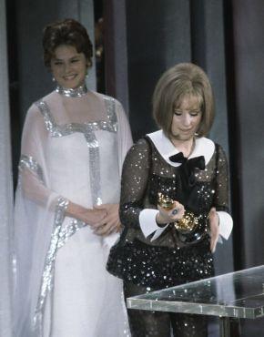Oscar 1969 Barbra Streisand (Funny Girl) e ao fundo Ingrid Bergman @ AMPAS