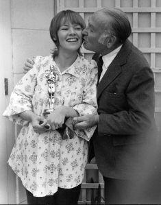 Oscar 1971 Glenda Jackson (Mulheres Apaixonadas) recebe de Hal Wallis o prêmio em casa @ Getty