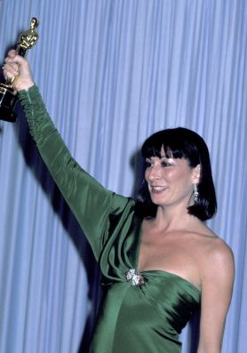 Oscar 1986 Anjelica Huston veste Tzetzi Ganev @ Getty