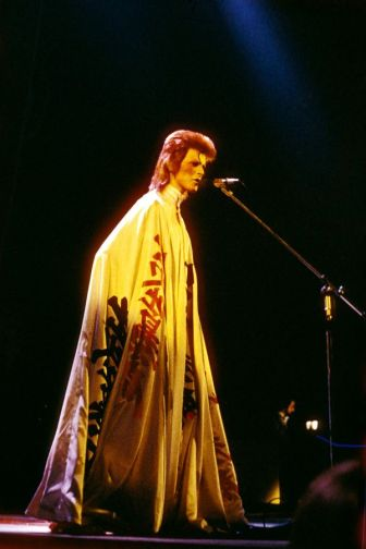 Davis Bowie usa Yamamotto em 1973 @ Debi Ross.Redferns