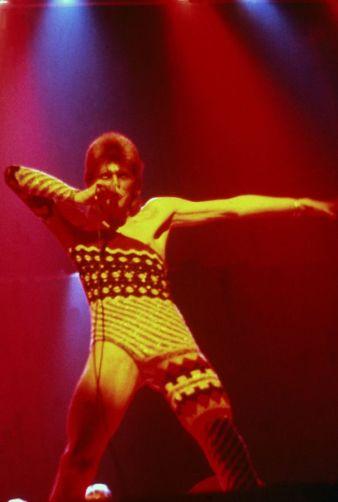 Davis Bowie usa Yamamotto em 1973 @ Getty Images
